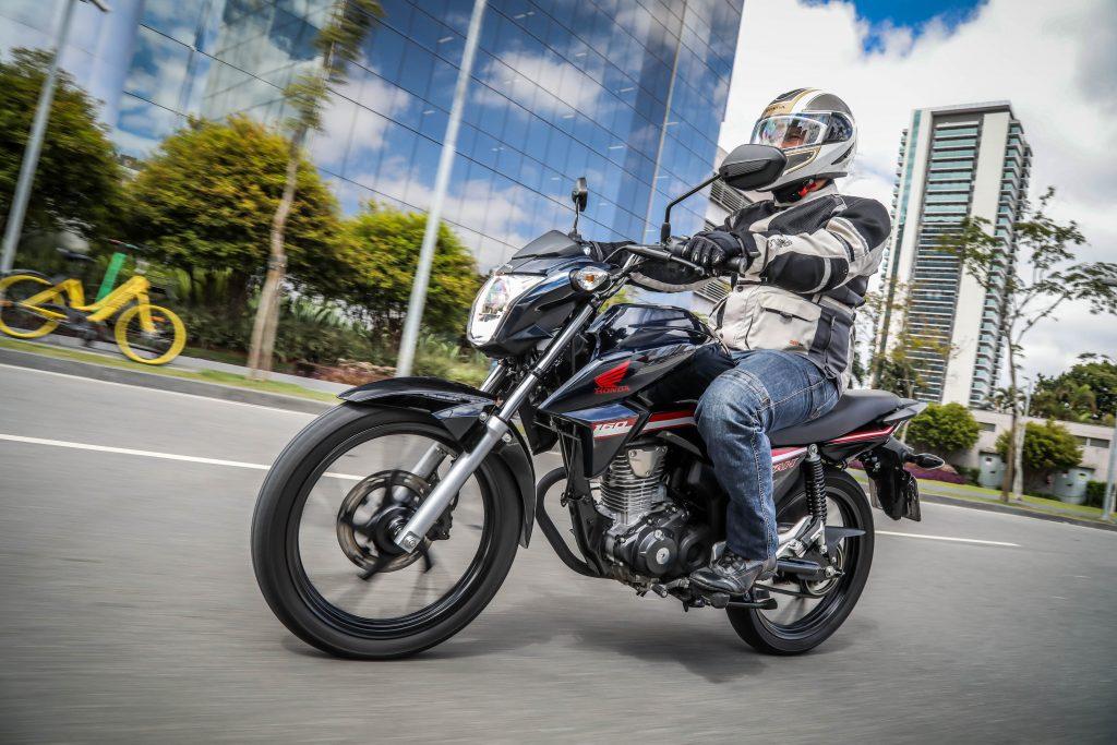 Motociclista-pilota-moto-honda