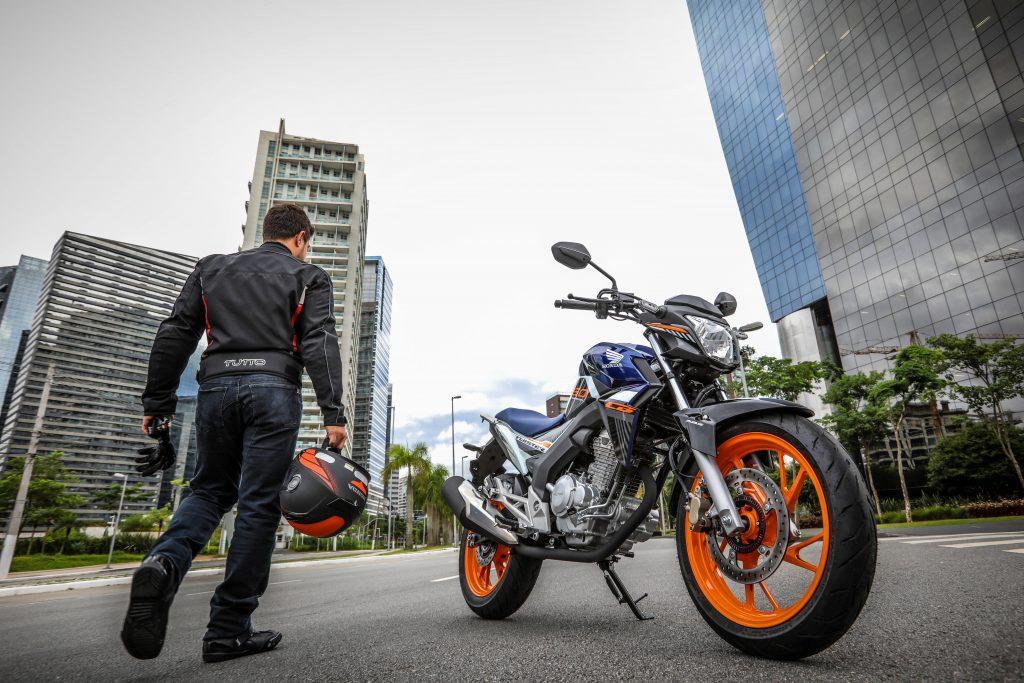 motociclista- caminha em direcao a moto