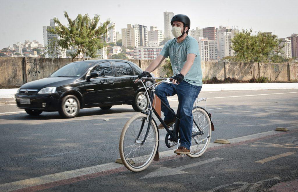 ciclista-pedala-bicicleta-elétrica-na-ciclofaixa