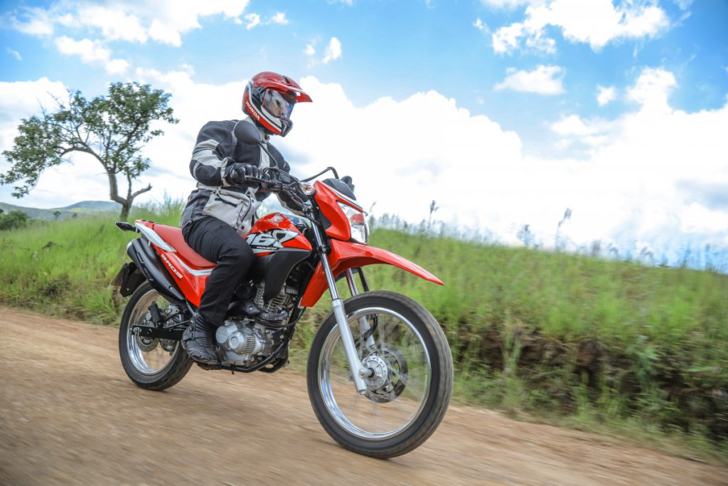 séries especiais de motos : moto honda na estrada