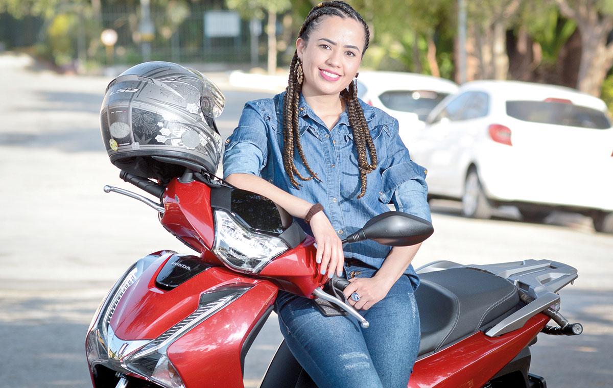 Luiza-Ferreira-Machado-e-sua-scooter-honda