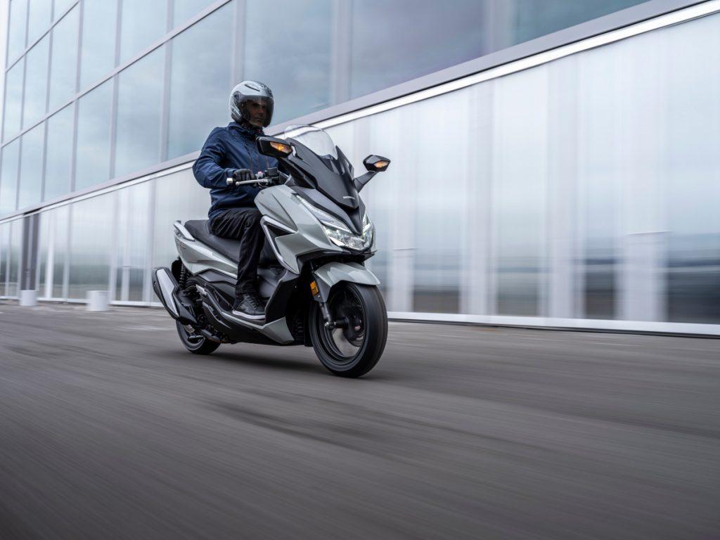 homem-pilota-scooter-honda-forza